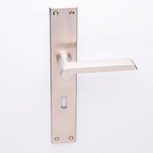 Wagenfeld matnikkel op Bauhaus schild met sleutelgat