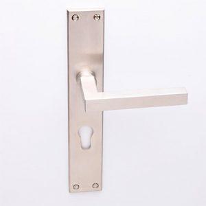 Loevy matnikkel op Bauhaus schild met cilindergat