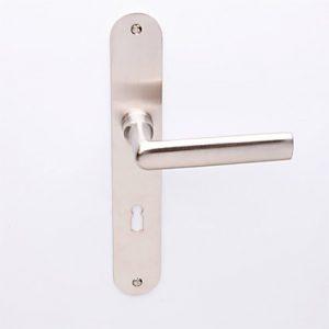Poelzig matnikkel op ovaalschild met sleutelgat