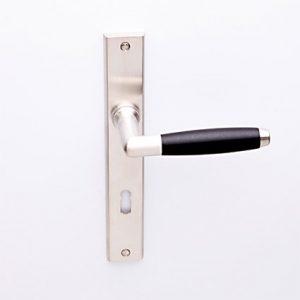 Ton matnikkel/ebben op smalschild haaks met sleutelgat